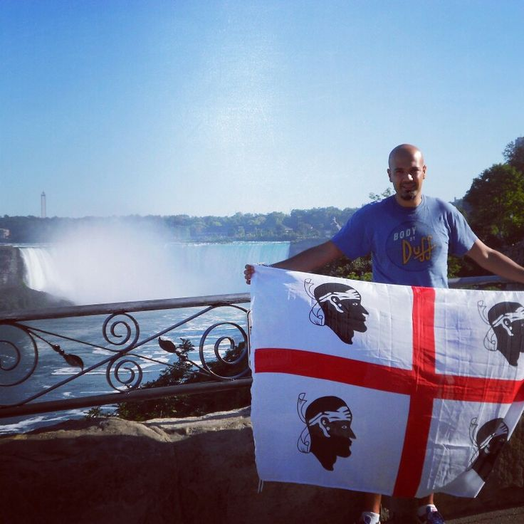 La bandiera sarda sventola di fronte alle cascate del Niagara #quattromori #sardegna #bandierasarda #sardinelmondo #niagara #ontario