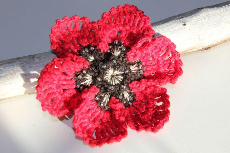 Crochet Red Poppy Brooch - Wearable Fiber Art di CraftAroundTheClock su Etsy