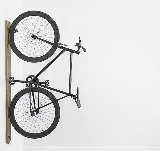 Dieser Fahrradträger bringt dein Fahrrad vertikal an die Wand. Hier entdecken und shoppen: http://sturbock.me/fxX