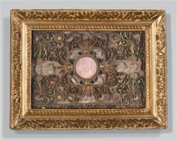 Reliquaire à paperoles dorées autour d'une médaille en haut-relief de Vierge Marie.   XVIIIe siècle