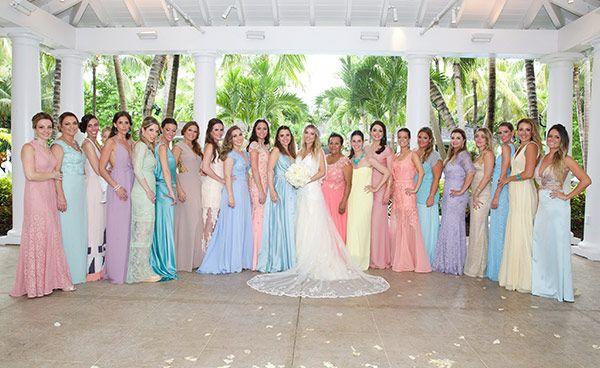 As madrinhas do casamento de Mica Rocha e Renato Mimica nas Bahamas estavam todas em candy colors.