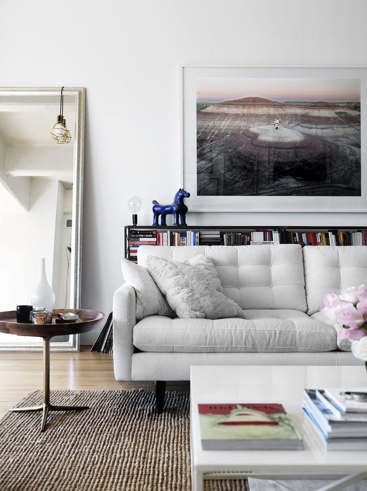 Vardagsrum med soffa och bord från New York. Fotokonstverk av Vincent Fournier. Lampa från Nordiska galleriet.