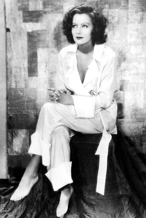 Garbo. Greta Garbo requiriert einen persönlichen Stil, der war klassisch und ganz ihr eigenes. Sie kleidete sich wie sie es wollte und umhüllt eine perfekte Balance aus Eleganz mit Komfort und Funktionalität.