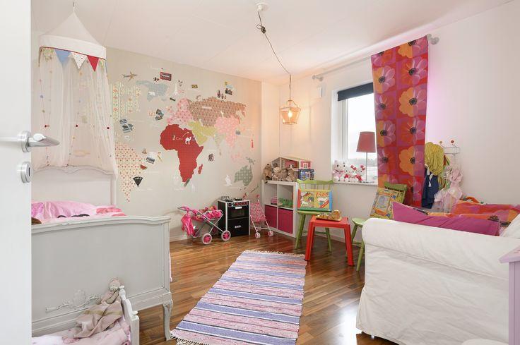 lekfullt barnrum med världskarta på vägg