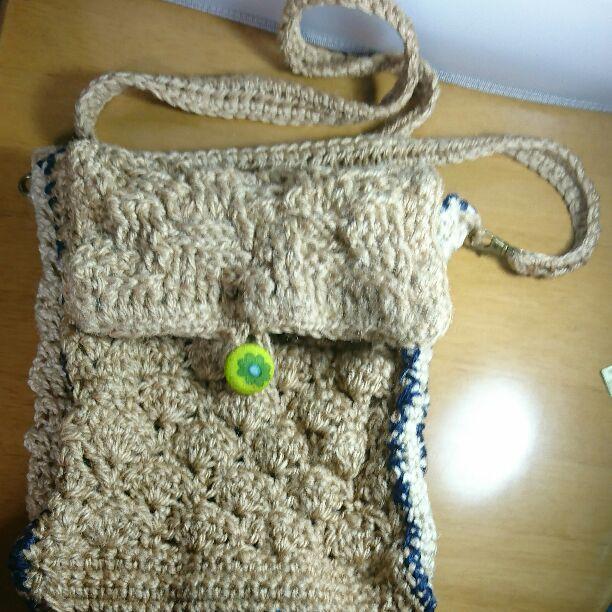 ハンドメイドの麻紐で編んだショルダーバッグです。きなり色と白と紺色の3色を使いました。  四角い箱方タイプ。松編み、バスケット編み等で仕上げてあります。  留め具として、くるみボタンを3つ取り付けました。 荷物で多少蓋がズレても、留められるようになっています。  送料込み。質問等なければ、即購入歓迎です。    サイズ(縦×横×マチ)                        約26㎝×20㎝6㎝ 肩紐   約120㎝            ※毛羽立ちを押さえるために、キーピング(アイロン用のり剤)を使用し、アイロンで仕上げてあります。しかし、完璧に押さえられるものでもありません。麻ひもは天然素材の為、色の違い、毛羽立ち等もございます。こちらご了承の上、ご購入お待ちしております。  ハンドメイド ショルダーバッグ 麻紐バッグ 麻ひもバッグ ナチュラル エコ マルシェ ジュードバッグ カラー カラフル ネイビー ホワイト
