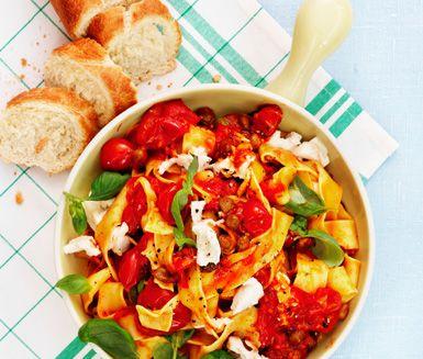 Pasta med italiensk tomatsås och baguette (Pasta with Italian tomato sauce)