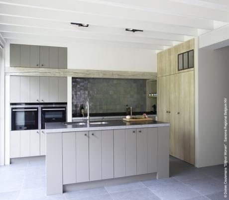 Tijdloos Design - mooie kleur keuken en dan met een houten vloer om het een warmere sfeer te geven