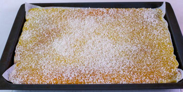 En av de godaste och mest lättbakade kakor som du kan göra i långpanna. Så saftig och god! Perfekt om man ska bjudamånga på god fika. Ca 24 stora bitar eller 30 mindre Kakan: 6 st ägg 4 dl strösocker 2 msk vaniljsocker 5 tsk bakpulver 3 dl vatten eller mjölk (jag använder mjölk) 6 dl vetemjöl Glasyren: 200gram smör 8 dl florsocker 2 tsk vaniljsocker 1 tsk pressad citron 2 äggulor Garnering: Ca 1,5 dl riven kokos Gör såhär: Värm ugnen till 175°. Klä en långpanna, ca 30×40 cm, med…