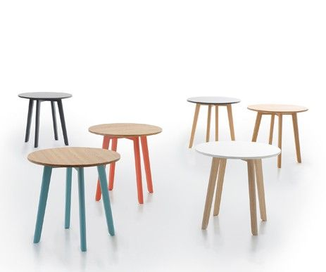 Niewielkie, w różnych kolorach stoliki z litego drewna dębowego.
