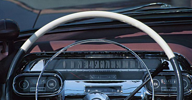 Cómo quitar el tablero de una Chevy . El tablero de una Chevy se sostiene principalmente con pernos y tornillos. Quitar el tablero es un proceso sencillo pero necesitarás ayuda de otra persona para quitar el panel del vehículo. La ubicación de los tornillos y pernos de soporte varía de acuerdo al año y modelo de tu Chevy.