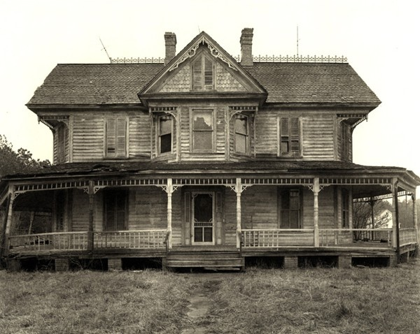 I love old houses like this! http://media-cache2.pinterest.com/upload/1829656068148788_01P2QNoc_f.jpg karebear1_89 favorite places and spaces: Old Farmhouse, Dreams Houses, Abandoned Home, Haunted Houses, Old Houses, Abandoned Houses, Front Porches, Wraps Around Porches, Fixer Upper