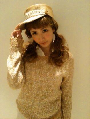 帽子が似合う小顔な紗栄子。