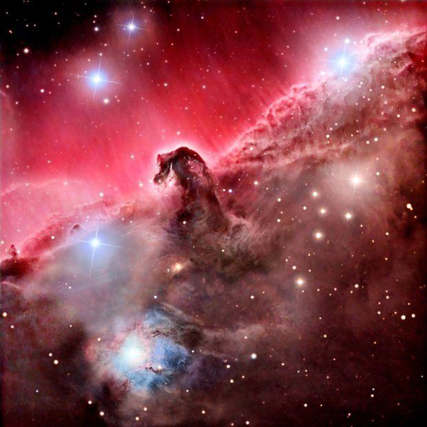 Mgławica Koński Łeb leży 1,5 tys. lat świetlnych od Ziemi w konstelacji Oriona. Swój czerwony blask zawdzięcza gazowi wodorowemu zjonizowanemu przez gwiazdę sigma Orionis.