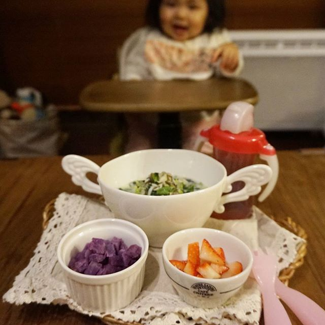 kashiwakaToday's dinner for my daughter, Feb. 26 2016 今日の娘の夜ごはん(1歳1ヶ月) *和風豆乳スープかけご飯 *紫芋 *イチゴ 娘は完食しました。 * 豆乳スープの具材は、鮭缶、しらす、白菜、舞茸、ぶなしめじ、ほうれん草、もずく、です。 具材を、すりおろした生姜も加えて、お出汁と豆乳で煮て、お醤油で味を整えました。 * #dinner #homemade #babydinner #babymeal #kidsdinner #kidsmeal #13months #1yearold #おうちごはん #お家ごはん #夜ごはん #晩ごはん #夕飯 #夕食 #こどもごはん #離乳食 #離乳食完了期 #たぶん離乳食 #ほぼ幼児食 #幼児食 #13ヶ月 #生後13ヶ月 #1歳 #1歳1ヶ月 #待ちきれない人