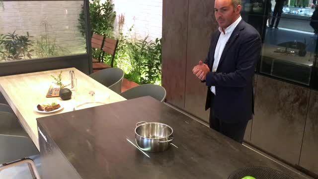 Cave à vin intelligente, plaque de cuisson à détection automatique d'objets, recettes affichées sur des vitres… Panasonic présente ses innovations à l'IFA 2016 de Berlin.