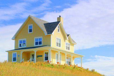 Maison jaune aux Iles de la Madeleine.