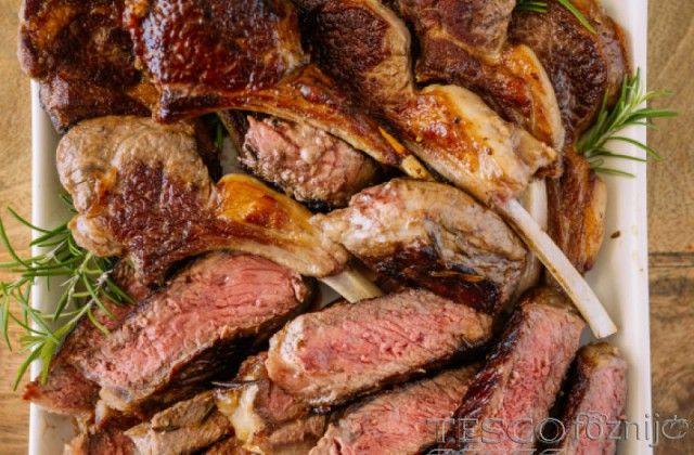 Az olajat elkeverjük a rozmaringgal, sóval, borssal, mézzel.  Beletörjük a fokhagymát, beletesszük a babérlevelet, majd belehelyezzük a megtisztított, kisebb darabokra vágott bárányhúsokat....