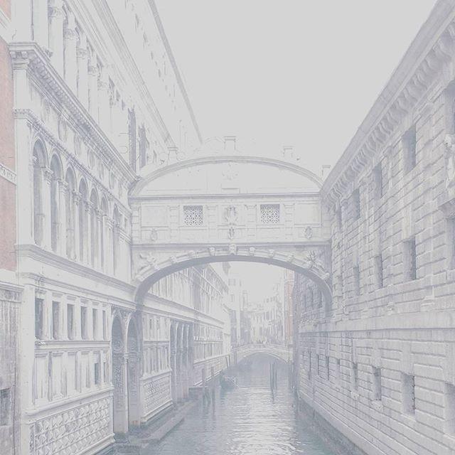 15.33 p.m.  #pontedeisospiri  #bridgeofsighs  #venezia #venice #fog #nebbia #foggyday #italy #november #chasingfog #fogvenice #foginvenice