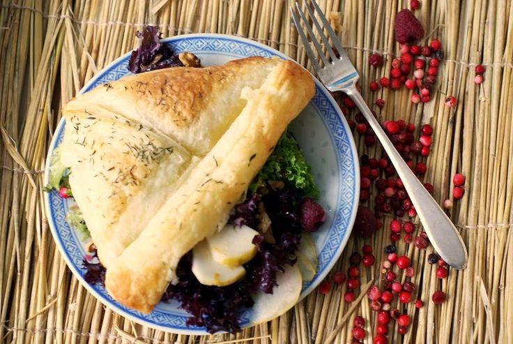 Saszetki francuskie, pomysł na szybką przystawkę dla gości. Błyskawiczne do przygotowania z ciasta francuskiego z serem niebieskim i pysznym sosem malinowym