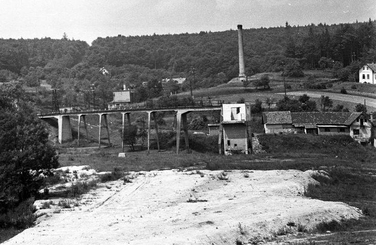 Brennbergbánya, szemben az egykori szénosztályozó maradványai. 1968