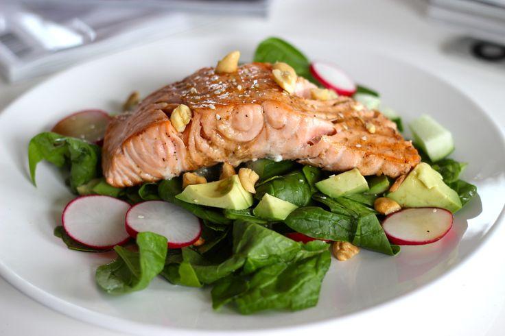 """Gerookte zalm, zalm sashimi en gebakken zalm, ik krijg geen genoeg van dit roze, prachtige visje! Daarom deel ik vandaag weer een lekker recept met deze gezonde vis, dit keer mag hij shinen in een Oosterse salade. De salade bestaat o.a. uit rauwe en verse spinazie (een van de lekkerste... <a href=""""http://cottonandcream.nl/recept-oosterse-salade-met-zalmfilet/"""">Read More"""