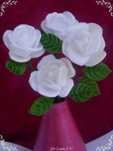Este artesanato com bandeja de isopor é bem barato (Foto: cardsandschoolprojects.blogspot.com.br)