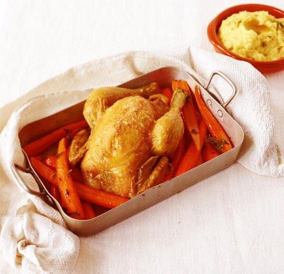 Zum Prachtvogel mit Zitronen-Thymian-Füllung gibt's Möhren und klassisches Kartoffelpüree. Köstlich!