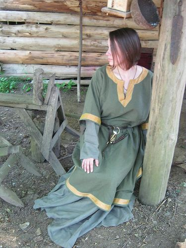 Norse outfit - linen and silk The Midgard Seamstress www.facebook.com/themidgardseamstress