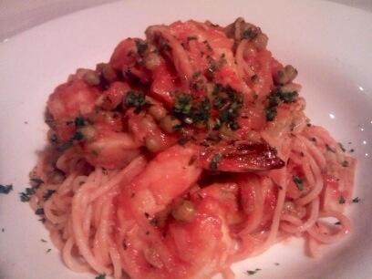 Spaghetti  gamberi e stufato di piselli....roasted artichikes and peas stew with shrimp #chianti