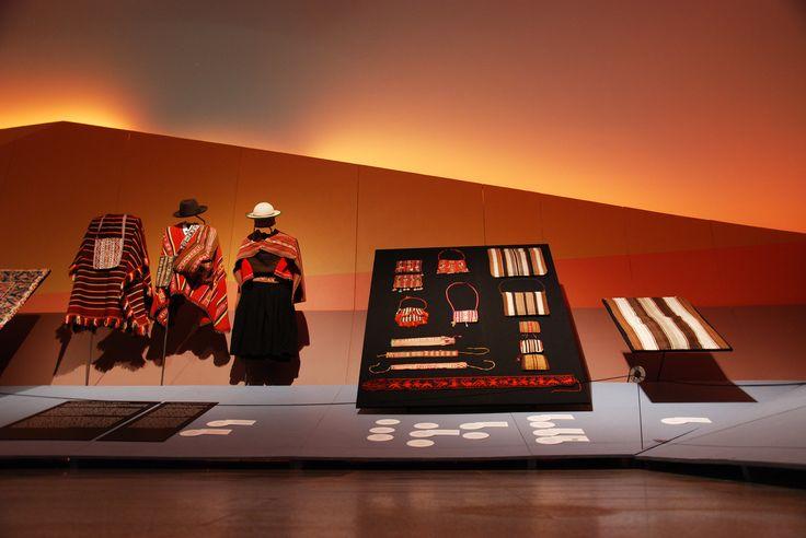 Hilos de América, Textiles Originarios, exhibe 13 colecciones provenientes de 7 países de América Latina. La exposición cuenta con el auspicio de Xstrata Copper Chile.