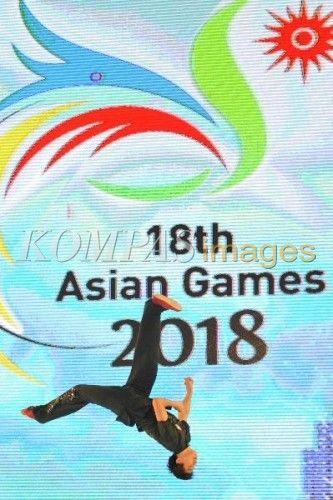 Aksi atlet wushu nasional menyemarakkan peluncuran Logo Asian Games 2015 yang sekaligus menjadi puncak peringatan Hari Olahraga Nasional (Haornas) XXXII di Istora Senayan, Jakarta, Rabu (9/9/2015). Asian Games 2018 dilaksanakan di empat provinsi yakni Sumatera Selatan, Jakarta, Jawa Barat, dan Banten dengan burung cenderawasih sebagai maskotnya.