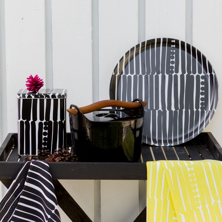Aarikka - Cooking & Table setting The round Palko tray is ideal for serving refreshing summer drinks. Its rhythmic look makes a beautiful addition to the table-setting and interior decoration. The retro-spirited pattern of the Palko series conquers both your home and your heart. The products in this series are designed to suit everyday occasions
