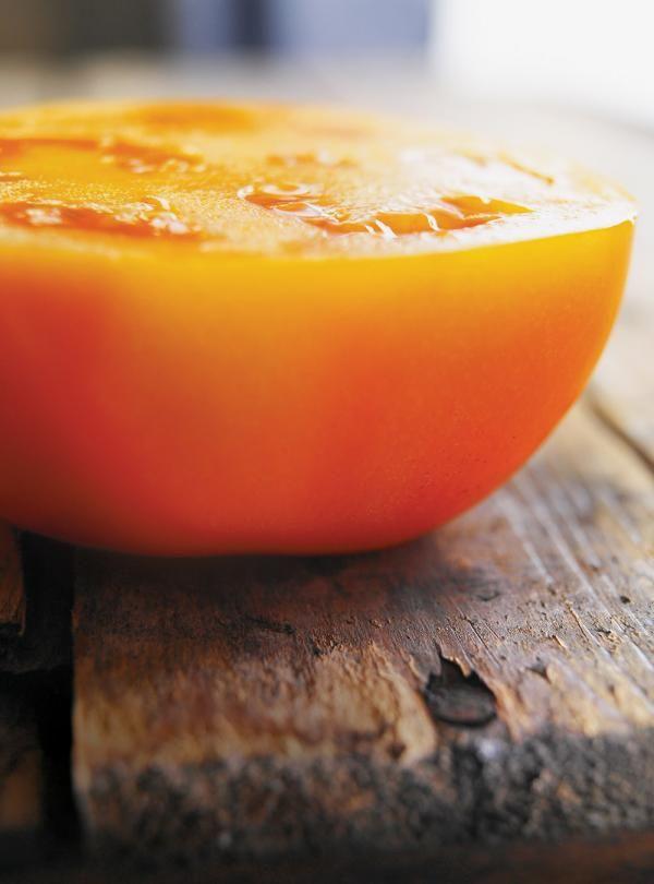 Recette de petits pains grillés aux tomates. Avec du féta, des olives noires, de la ciboulette. Une recette santé et rapide à préparer.