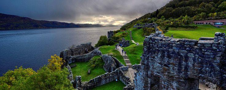 Le château d'Urquhart au bord du Loch Ness photo D Williamson