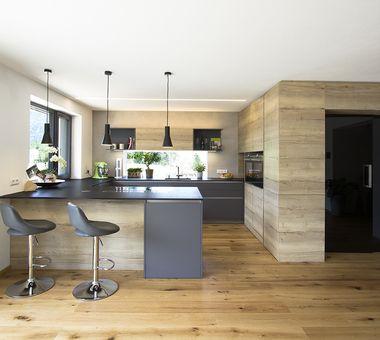 Küche in anthrazit kombiniert mit Eiche
