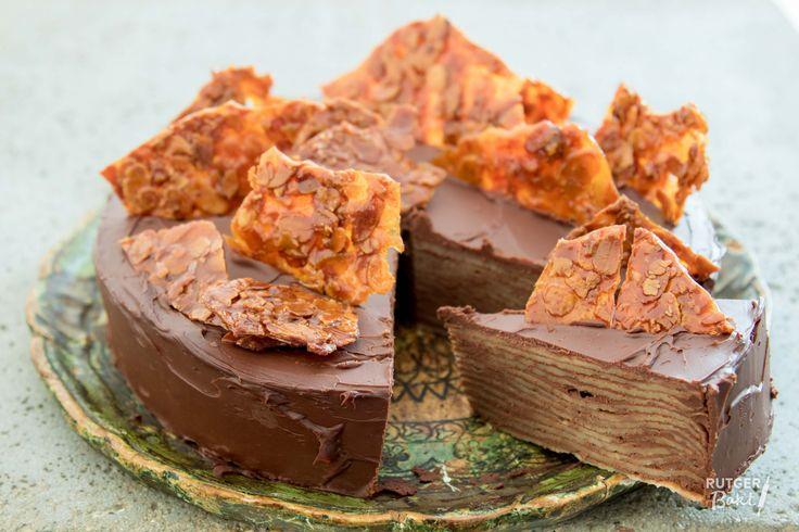 Deze crêpetaart is echt heel machtig, maar ook heel lekker! Zodra je de taart doorsnijdt zie je de prachtige laagjes crêpe en chocoladevulling!