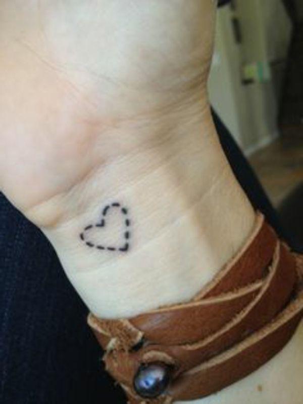 die besten 25 herz tattoos ideen auf pinterest kleines herz tattoo einfaches herz tattoo und. Black Bedroom Furniture Sets. Home Design Ideas