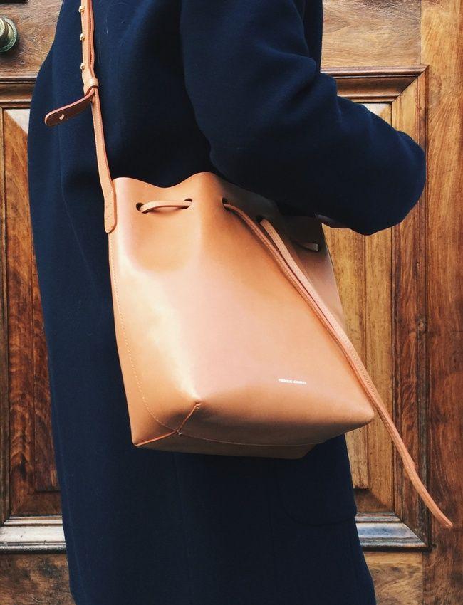 Manteau bleu marine + sac seau camel XL = le bon mix (sac Mansur Gavriel - photo Mija Flatau)
