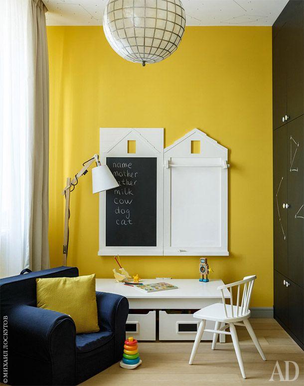 Квартира в Москве, 135 м²   Интерьеры в журнале AD   AD Magazine Детская. Столик и меловая доска, Pottery Barn. Встроенный шкаф покрыт краской, по которо�...  #детская #доскадлярисования #желтый