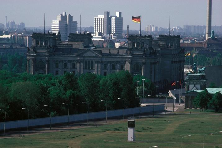 2134 Der Mauerstreifen, 1987. Ganz hinten die Schering-Häuser, rechts das Brandenburger Tor.