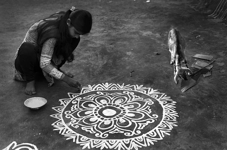 A symbol of purity and austerity, Alpana,the simplistic #rangoli in #ricepaste is widely popular in #WestBengal during #LakshmiPuja.