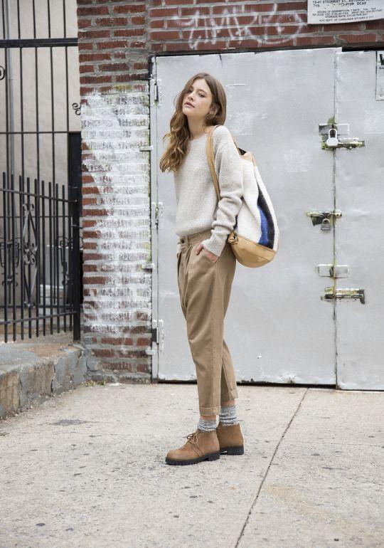calça de alfaiataria curta, meias aparentes, sapato e malha podrinha.