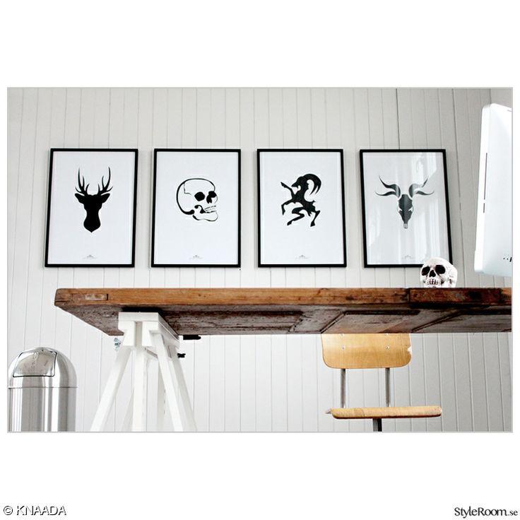 kontor,arbetshörn,skrivbord,benbockar,soptunna,sopkorg,tavlor,prints,svartvitt,ramar