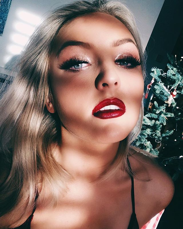 Good morning everyone! Happy #ChristmasEve! My #ChristmasMakeup video is live in the bio!🌟🎄🎅🏻❤️✨ What are you all doing today? •••••#lifestyle #makeup #bbloggersuk #bbloggers #blogger #beauty #beautyblogger #london #londonblogger #londonlife #citylife #england #ukblogger #influencer #british #redlips #minklashes #lashes #3Dlashes #inspo #ootd #motd #makeupideas #inspiration #youtuber
