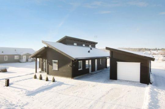 Huset Smaragden har stora glasytor (bland annat glasad gavel) och generös takhöjd skapar ett harmoniskt samspel mellan rymd och ljus. Huskroppens rena plana ytor har förenats med en taklinje som ger huset en spännande dynamik.