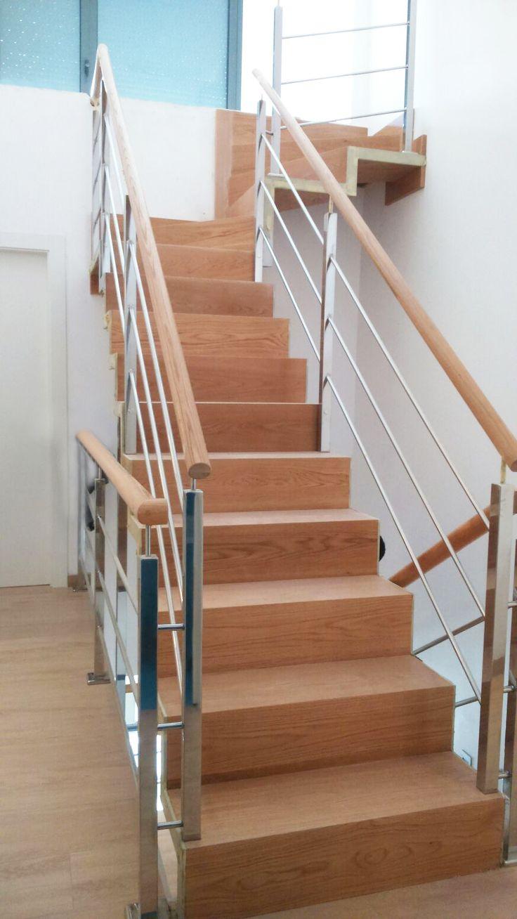 Escalera metálica con peldaños de madera de roble y barandillas de acero inoxidable. #escalera  #sopelana  #bilbao  #bizkaia  #diseño