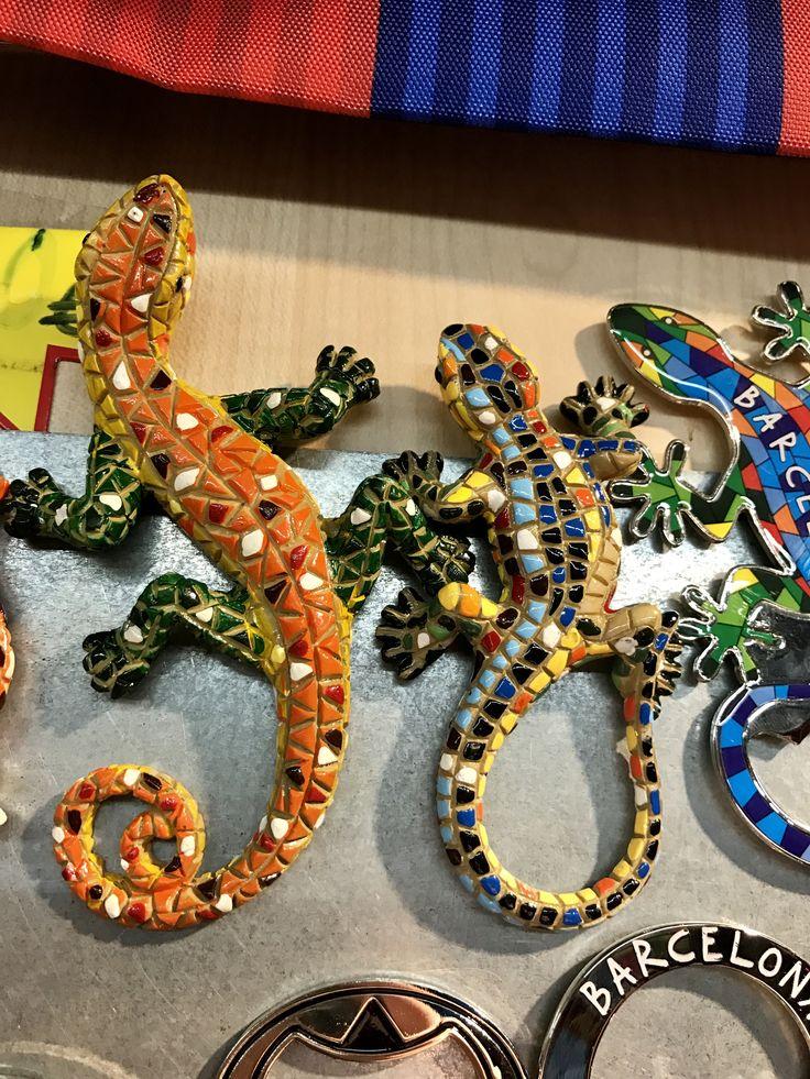 Estes magnetos son similares al lagarto cerámico que está cerca de la entrada de Parc Güell. En el Parc, el lagarto tiene más de color azul con algo de verde, amarillo, y anaranjado.