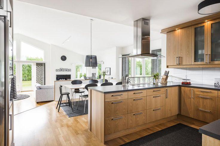 Öppen planlösning mellan kök och matplats