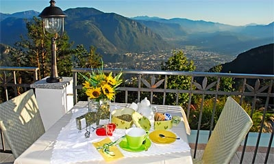 Bei schönem Wetter und angenehmen Temperaturen starten Sie im Hotel Schönblick mit einem Frühstück auf unserer Terrasse in den Tag!!! - Sulla nostra terrazza panoramica con vista su Bolzano potete farvi scaldare dai raggi di sole. Qui la mattina Vi aspetta una raffinata colazione.