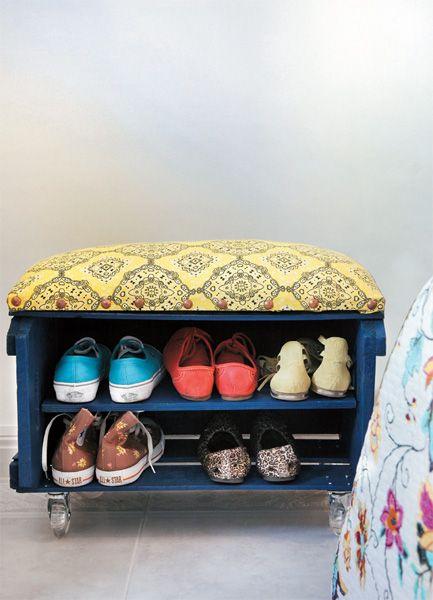 Aprovecha un cajón de madera de la fruta o de botellas de vino para hacer este práctico banco para los zapatos.... será un buen detalle para la habitación l el recibidor...